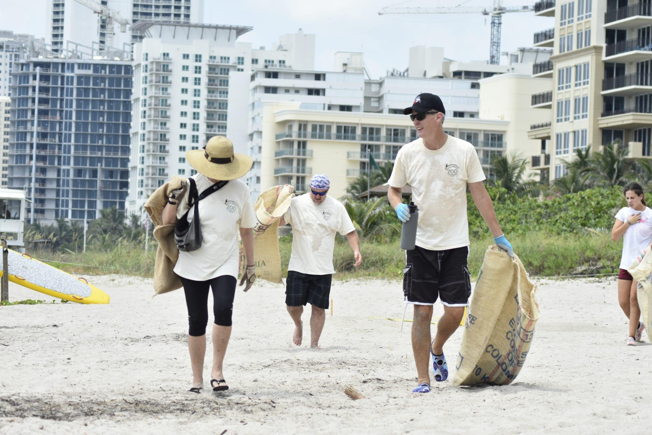 volunteers-Florida-removing-ocean-pollution