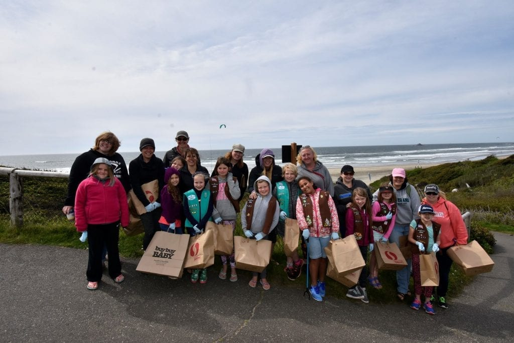 Beach cleanup volunteers day in Oregon with the Girls scouts of america create a cleanup program by Ocean Blue Project