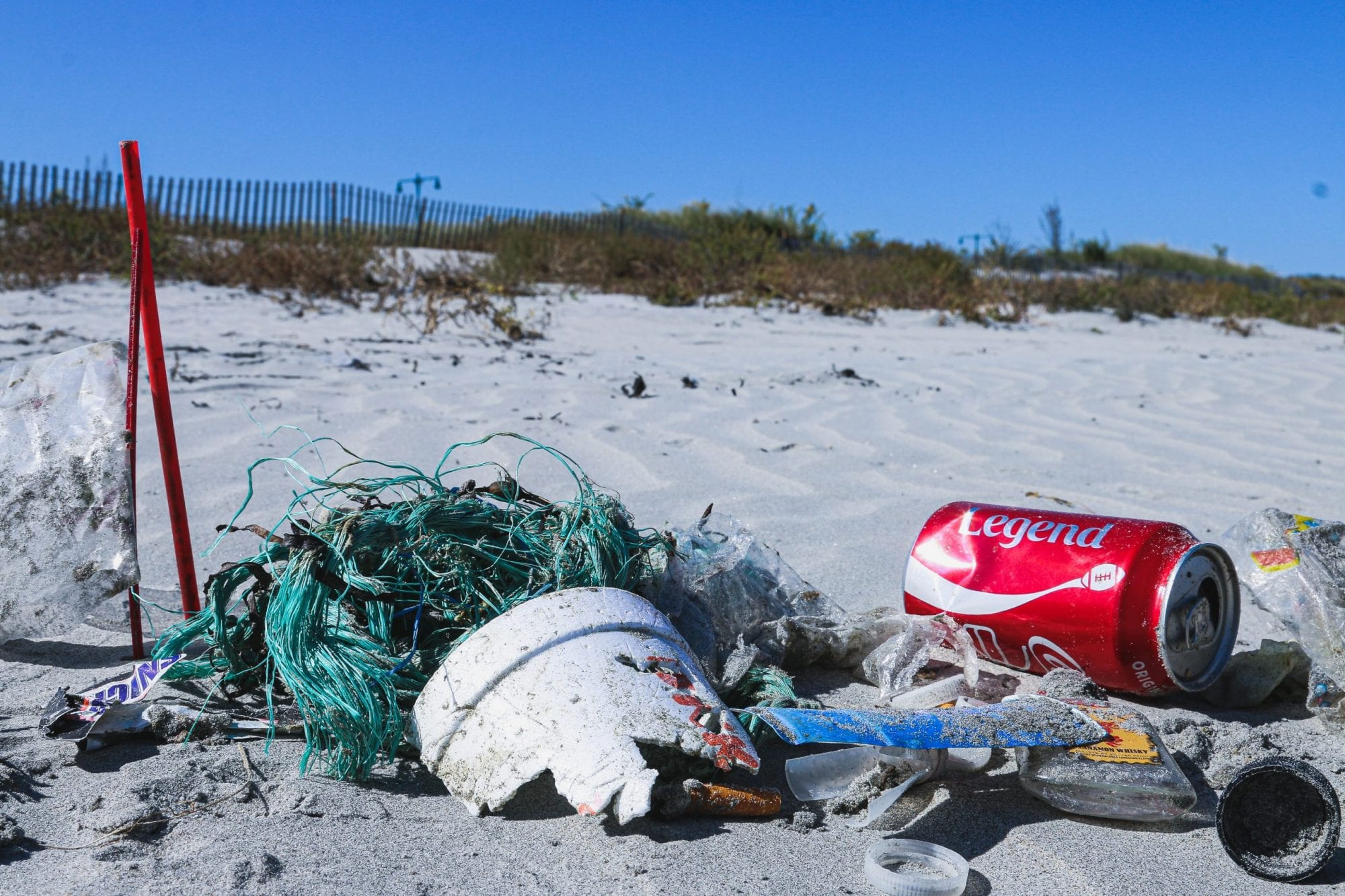 how-plastic-ends-up-on-beaches