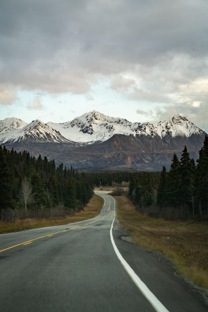 alaska-roads-into-the-mountains