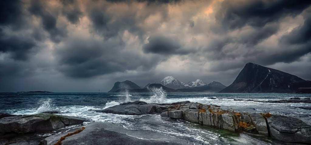 stormy-sea-with-splashing-water-under-gloomy-sky