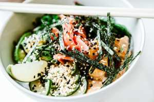 asian-salad-with-seaweeds-and-fish-with-sesame-seeds